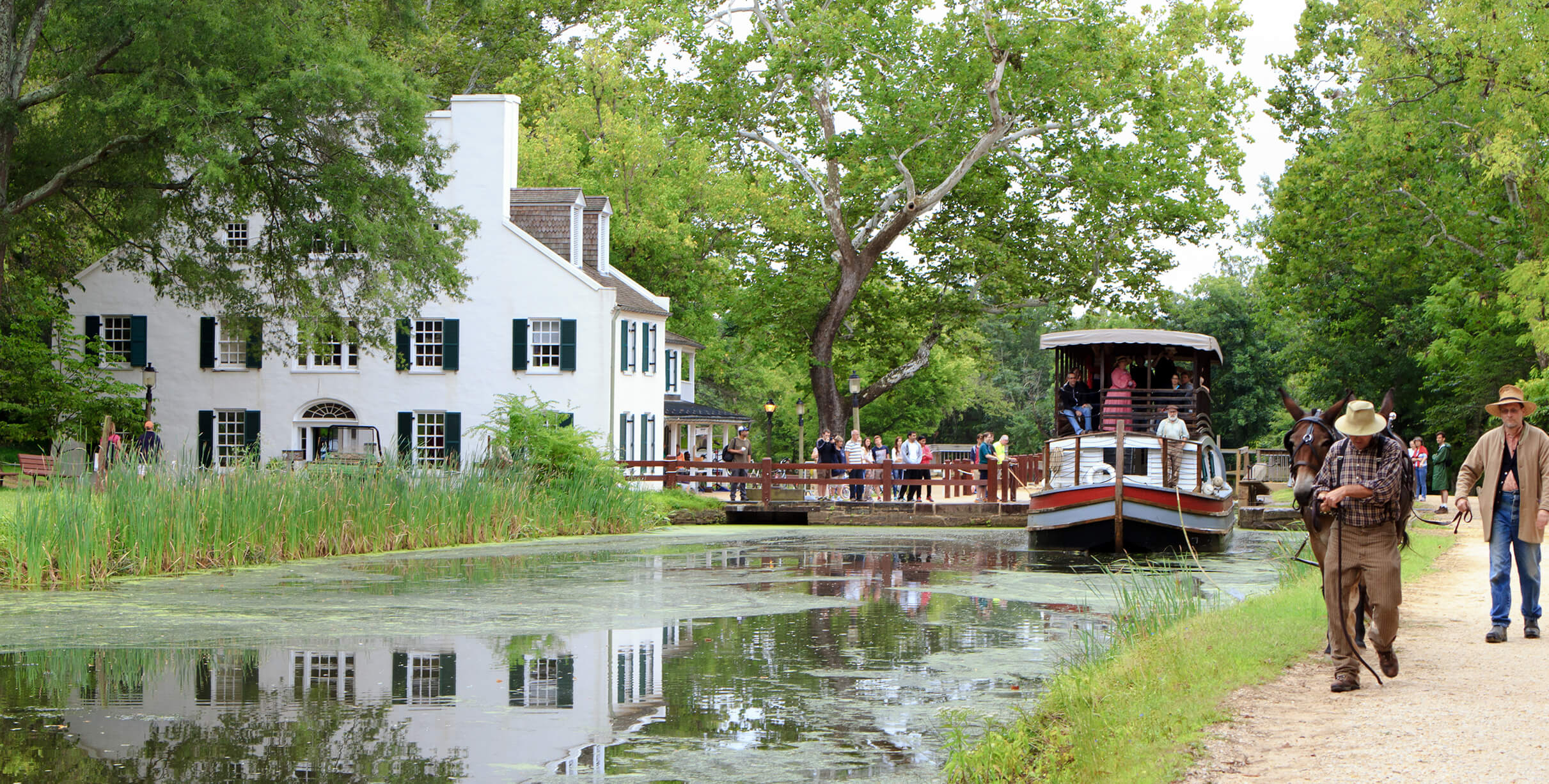 Canal boat departing Great Falls Tavern